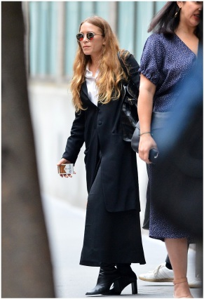06/06/2018 EXCLUSIVE: Mary-Kate Olsen and Ashley Olsen are spotted in New York City. Mary-Kate stepped out in a black trench coat, white blouse, and black boots. Ashley carried a bottle of Evian water and wore a grey sweatshirt, baggy black trousers, and sandals. sales@theimagedirect.com Please byline:TheImageDirect.com *EXCLUSIVE PLEASE EMAIL sales@theimagedirect.com FOR FEES BEFORE USE